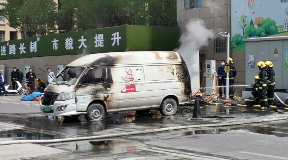 突发:一辆新能源电动汽车充电时突然着火、伴有响声