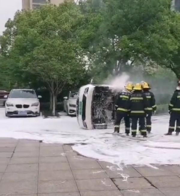 网友爆料一辆长安欧尚电动汽车发生自燃起火