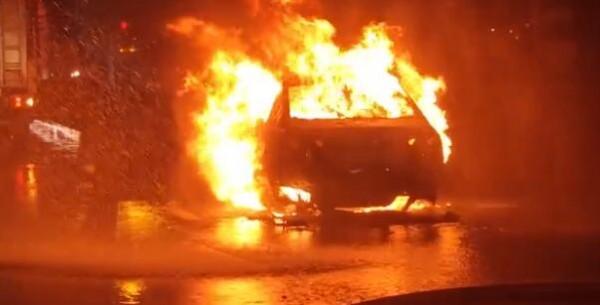 合肥一电动汽车路上突然自燃