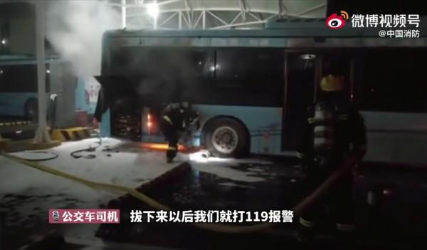 宿州公交车深夜充电起火旁边停满充电车辆